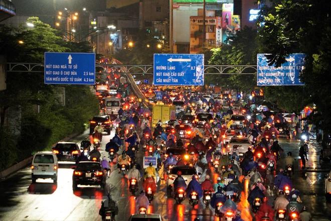 [ẢNH] Cơn mưa lớn kéo dài, người dân Hà Nội chôn chân vì tắc đường kinh hoàng - Ảnh 3.