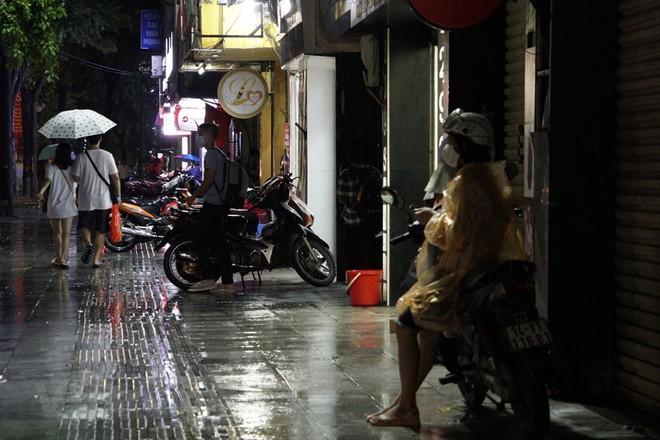 [ẢNH] Cơn mưa lớn kéo dài, người dân Hà Nội chôn chân vì tắc đường kinh hoàng - Ảnh 9.