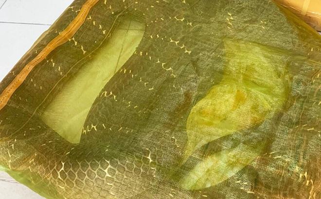 Bắt quả tang người đàn ông mua rắn hổ mang chúa nặng 20kg  giá 20 triệu đồng từ Campuchia về Sài Gòn