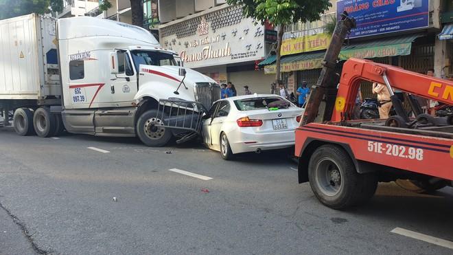 Xe container đâm văng dải phân cách, lao vào ô tô BMW và nhiều xe máy khiến nhiều người bị thương - Ảnh 1.