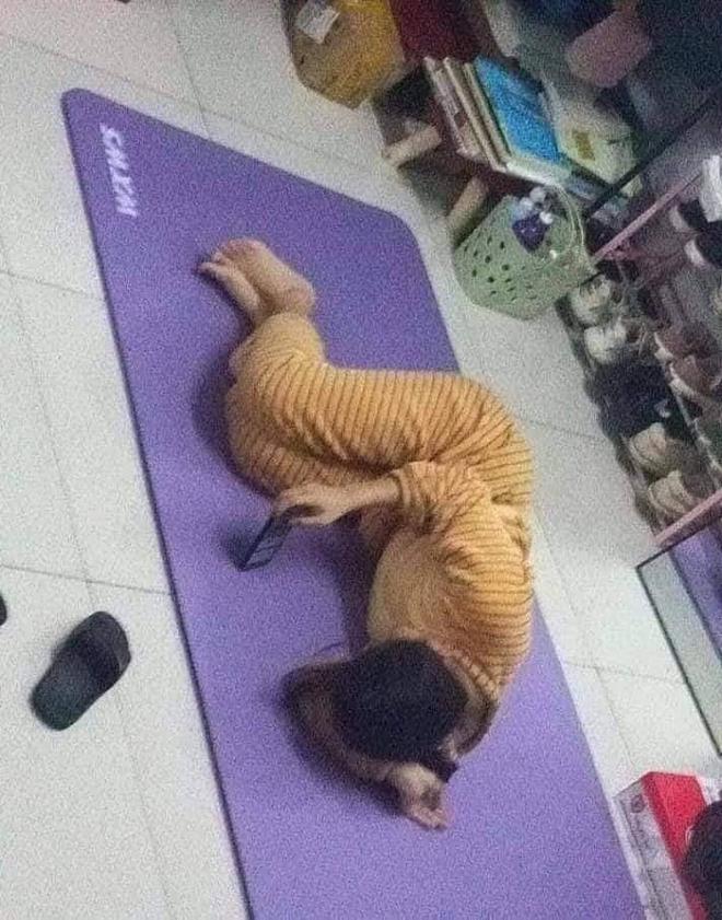 Mua thảm về tập thể dục, cô gái khiến tất cả ngao ngán vì pha cuộn người... nằm nghịch - Ảnh 2.