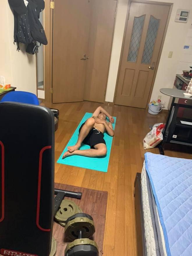 Mua thảm về tập thể dục, cô gái khiến tất cả ngao ngán vì pha cuộn người... nằm nghịch - Ảnh 4.