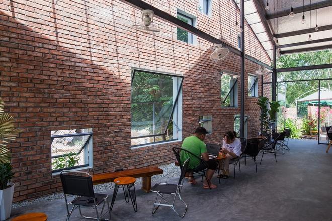 Huế: Quán cafe ven sông với điểm nhấn là 2 bức tường gạch xuất hiện lạ lẫm trên báo ngoại - Ảnh 7.