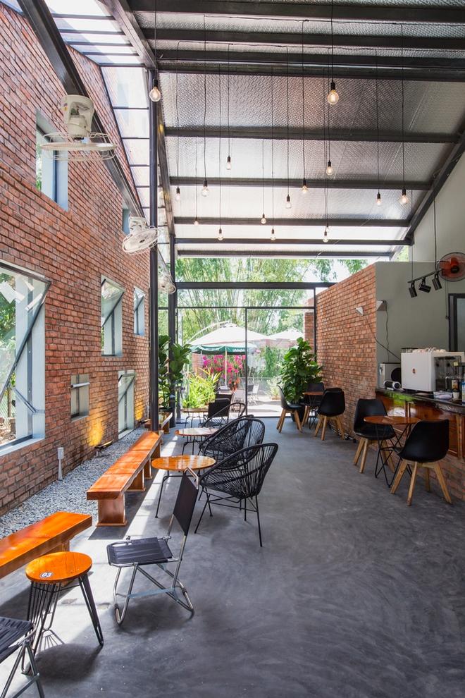 Huế: Quán cafe ven sông với điểm nhấn là 2 bức tường gạch xuất hiện lạ lẫm trên báo ngoại - Ảnh 1.