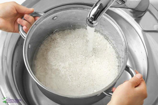 Chuyên gia Ấn Độ khuyên ngâm gạo trước khi nấu cơm: Những lợi ích bất ngờ và cách ngâm gạo đúng - Ảnh 1.
