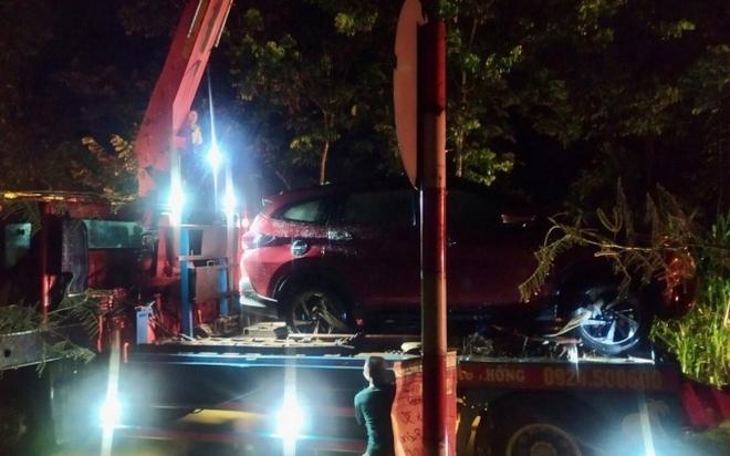 Ô tô băng qua đập tràn bị nước nhấn chìm, hai mẹ con tung cửa xe bơi được vào bờ - Ảnh 2.