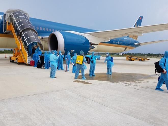 Chuyến bay đầu tiên đón khách từ Hàn Quốc về Việt Nam sau quyết định mở cửa trở lại - Ảnh 1.