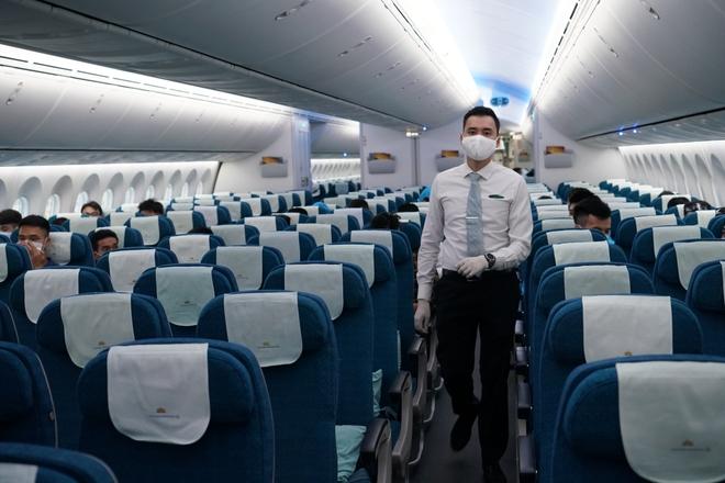 Chuyến bay đầu tiên đón khách từ Hàn Quốc về Việt Nam sau quyết định mở cửa trở lại - Ảnh 2.