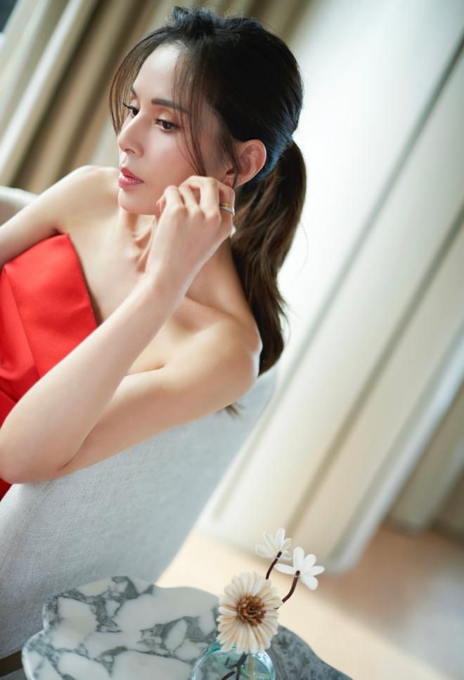 Tiểu Long Nữ Lý Nhược Đồng 54 tuổi gợi cảm với váy ngắn vai trần - Ảnh 2.
