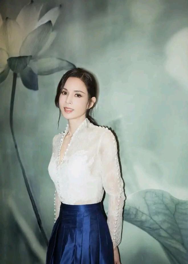 Tiểu Long Nữ Lý Nhược Đồng 54 tuổi gợi cảm với váy ngắn vai trần - Ảnh 14.