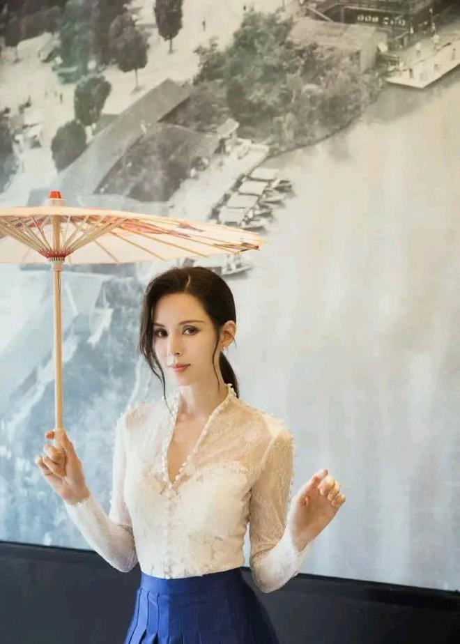 Tiểu Long Nữ Lý Nhược Đồng 54 tuổi gợi cảm với váy ngắn vai trần - Ảnh 15.