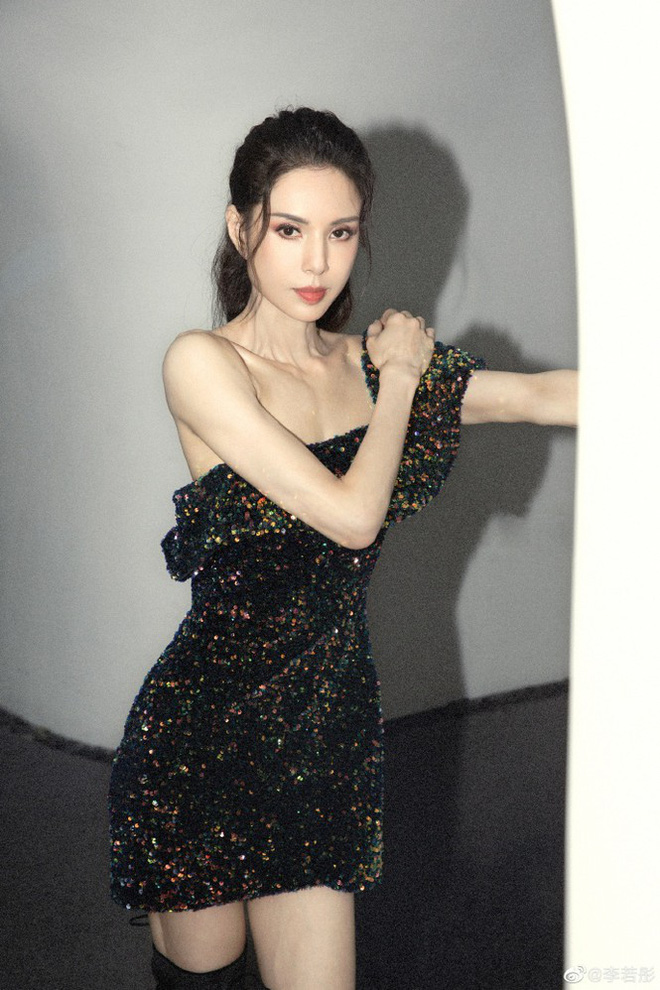 Tiểu Long Nữ Lý Nhược Đồng 54 tuổi gợi cảm với váy ngắn vai trần - Ảnh 5.