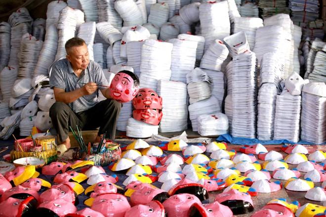 24h qua ảnh: Người đàn ông vẽ mặt nạ chuẩn bị cho Tết Trung Thu - Ảnh 5.