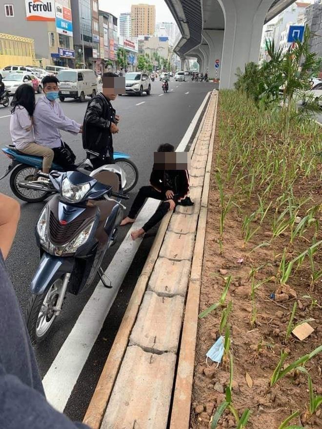 Thanh niên đập phá xe máy, đuổi đánh người can ngăn trên phố Hà Nội sau va chạm giao thông - Ảnh 2.