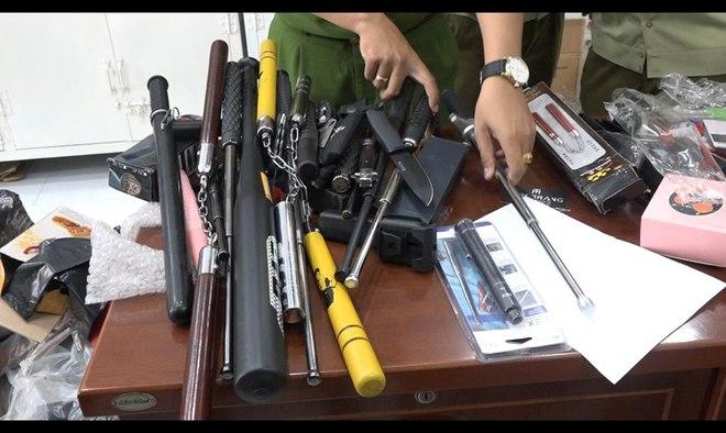 Phát hiện kho vũ khí khủng trong cửa hàng bán túi xách hàng hiệu giả ở Sài Gòn - Ảnh 1.