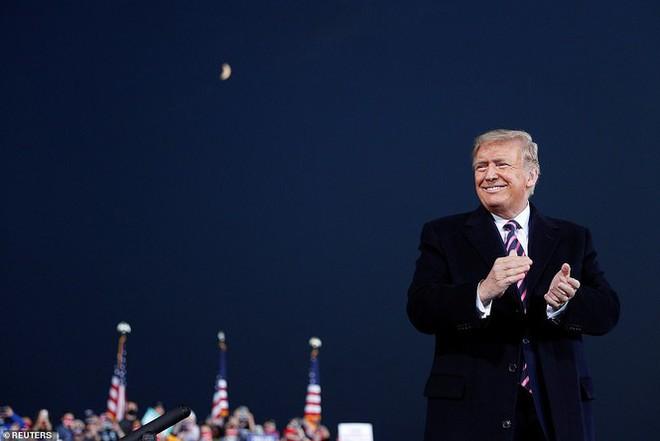 Ông Trump tố ông Biden phẫu thuật thẩm mĩ - Ảnh 1.