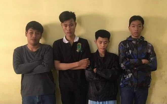 Bắt 4 thanh thiếu niên rình rập phụ nữ trong đêm bị camera ghi hình - Ảnh 1.