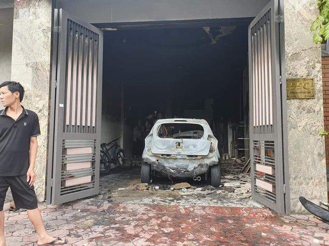 Sạc xe máy điện gây cháy nhà và ô tô, 3 người phải thoát ra bằng cửa sau - Ảnh 2.