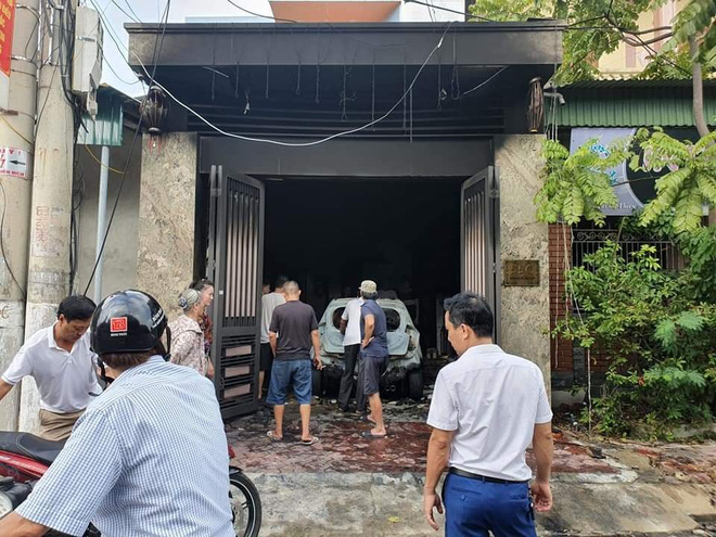 Sạc xe máy điện gây cháy nhà và ô tô, 3 người phải thoát ra bằng cửa sau - Ảnh 1.