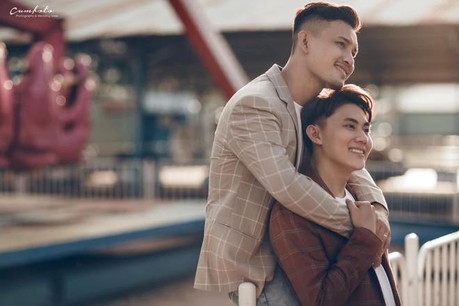 4 năm yêu không tỏ tình, cưới chẳng cầu hôn và hôn lễ lấy nước mắt của cặp đôi điển trai - Ảnh 1.