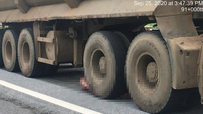 Xe đầu kéo cán chết người đàn ông bất ngờ văng từ xe bán tải xuống đường - Ảnh 1.