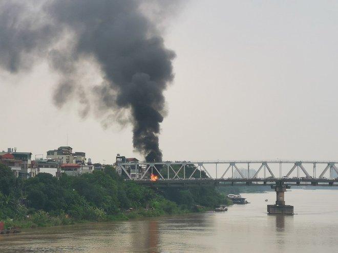 CLIP: Xế sang cháy rực trên cầu Chương Dương, cảnh quay từ trên cao gây kinh ngạc - Ảnh 4.