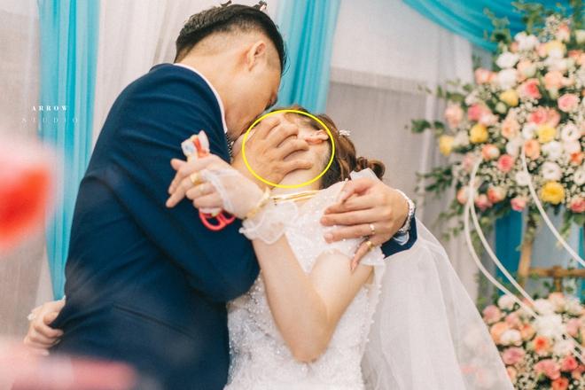 Chú rể trao cô dâu nụ hôn cuồng nhiệt trong lễ cưới, quan khách giật mình khi nhìn bàn tay phải - Ảnh 1.