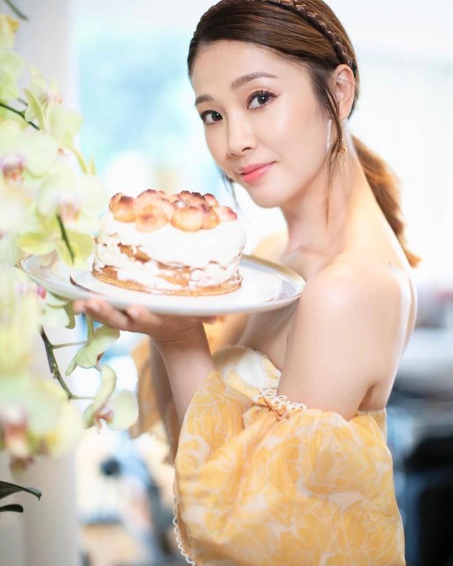 Hoa hậu Hong Kong bị á hậu lên sóng truyền hình tố cướp người yêu giờ ra sao ở tuổi U50? - Ảnh 11.