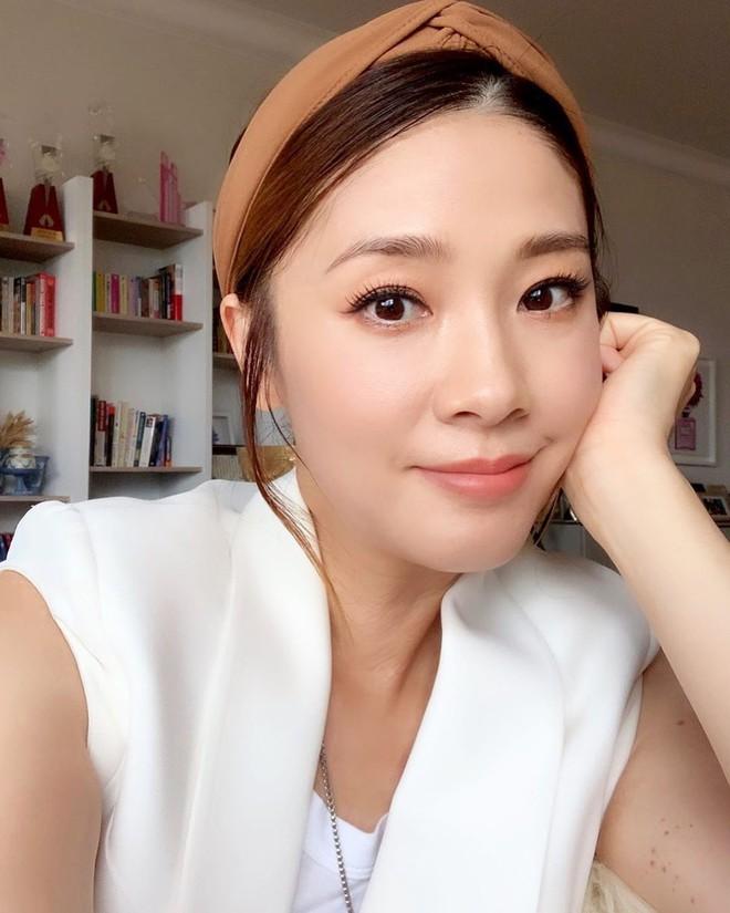 Hoa hậu Hong Kong bị á hậu lên sóng truyền hình tố cướp người yêu giờ ra sao ở tuổi U50? - Ảnh 10.