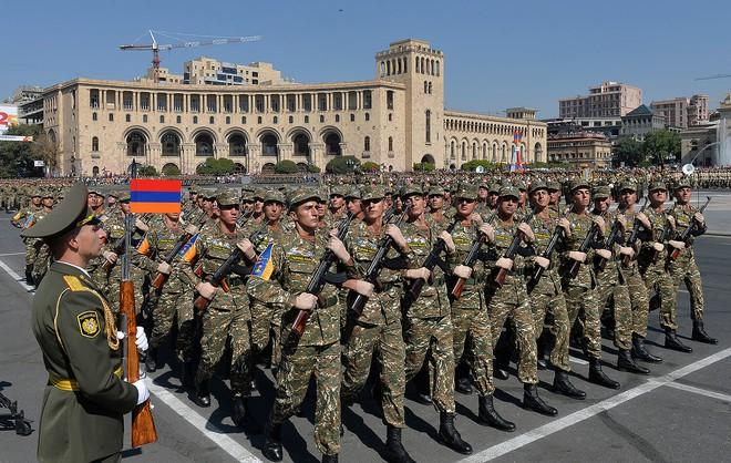Armenia và Azerbaijan trên bờ vực xung đột: Liên tiếp 5 máy bay bị bắn rơi, 3 xe tăng bị phá hủy? - Ảnh 1.