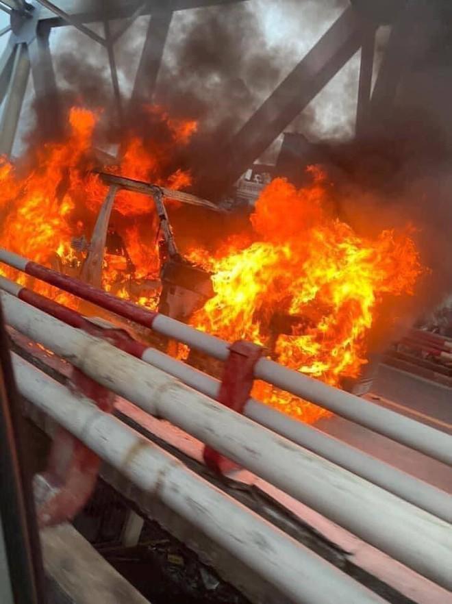 Xe Range Rover bốc cháy ngùn ngụt trên cầu Chương Dương, CSGT mở cửa xe cứu 2 người đàn ông - Ảnh 5.