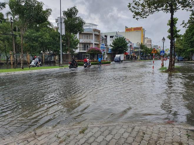 Kiên Giang mưa lớn, nhiều tuyến đường biến thành sông - Ảnh 1.