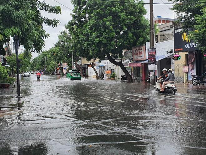 Kiên Giang mưa lớn, nhiều tuyến đường biến thành sông - Ảnh 2.