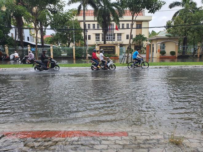 Kiên Giang mưa lớn, nhiều tuyến đường biến thành sông - Ảnh 3.