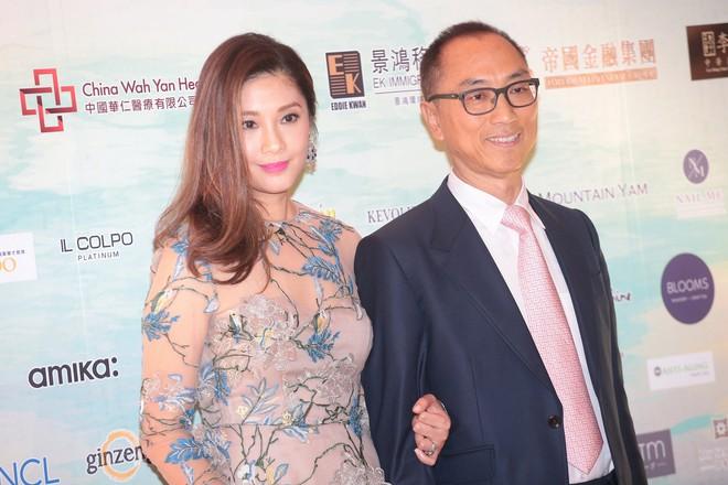 Hoa hậu Hong Kong bị á hậu lên sóng truyền hình tố cướp người yêu giờ ra sao ở tuổi U50? - Ảnh 3.