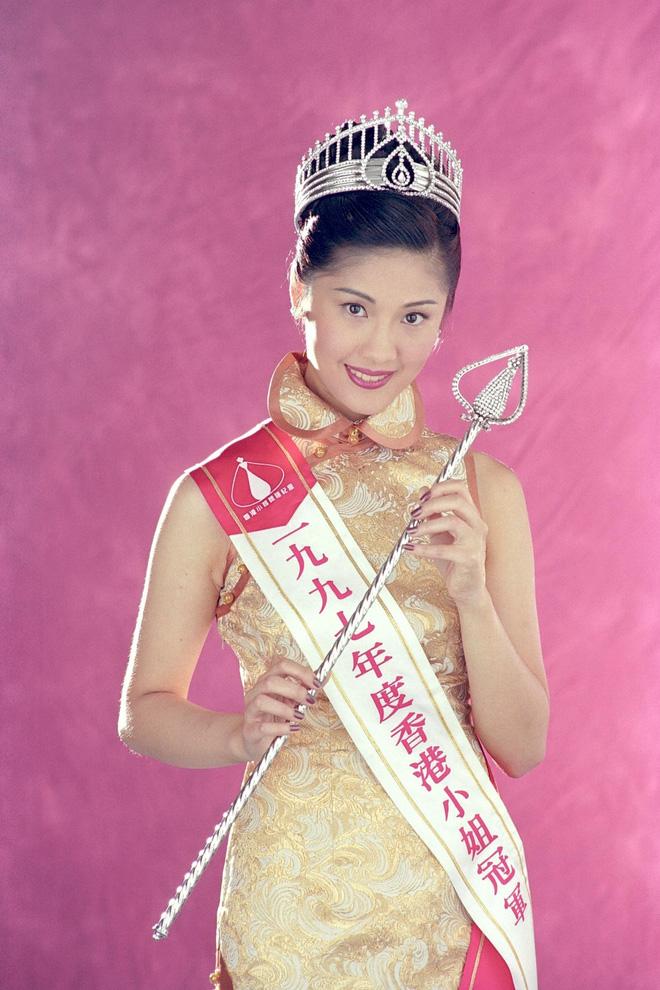 Hoa hậu Hong Kong bị á hậu lên sóng truyền hình tố cướp người yêu giờ ra sao ở tuổi U50? - Ảnh 1.