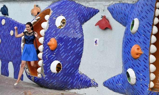 24h qua ảnh: Quản tượng cưỡi voi giữa đường phố đông đúc - Ảnh 9.