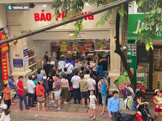 Khách Hà Nội xếp hàng tới tiệm bánh Trung Thu của ông chủ 91 tuổi để lấy không khí - Ảnh 1.
