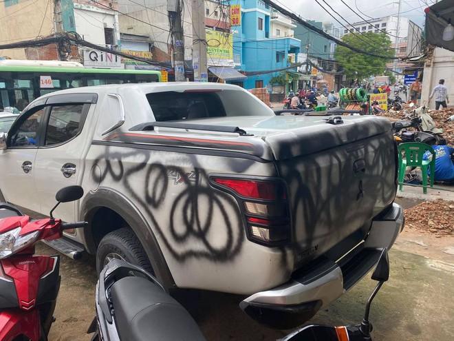 Chủ ô tô kêu oan vì xe bị xịt sơn đen, nhưng nhìn vị trí đỗ dân mạng liền hiểu nguyên nhân - Ảnh 3.