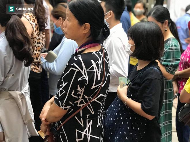 Khách Hà Nội xếp hàng tới tiệm bánh Trung Thu của ông chủ 91 tuổi để lấy không khí - Ảnh 8.