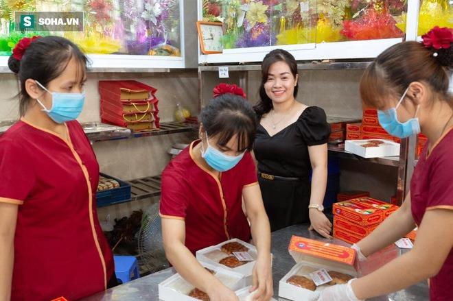 Khách Hà Nội xếp hàng tới tiệm bánh Trung Thu của ông chủ 91 tuổi để lấy không khí - Ảnh 2.