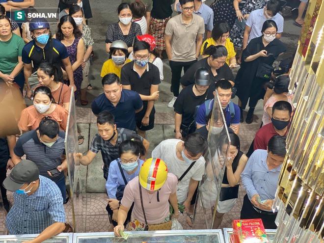 Khách Hà Nội xếp hàng tới tiệm bánh Trung Thu của ông chủ 91 tuổi để lấy không khí - Ảnh 6.