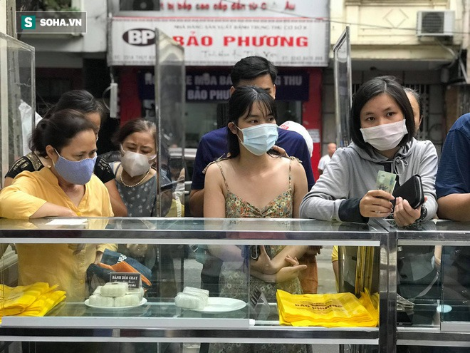 Khách Hà Nội xếp hàng tới tiệm bánh Trung Thu của ông chủ 91 tuổi để lấy không khí - Ảnh 3.