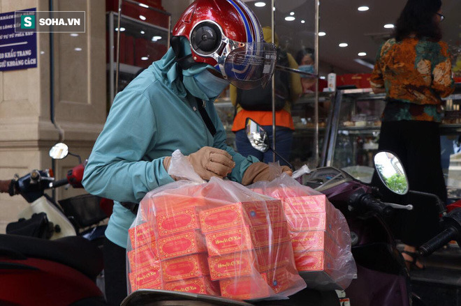 Khách Hà Nội xếp hàng tới tiệm bánh Trung Thu của ông chủ 91 tuổi để lấy không khí - Ảnh 9.