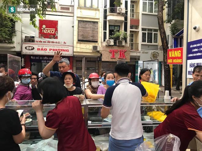 Khách Hà Nội xếp hàng tới tiệm bánh Trung Thu của ông chủ 91 tuổi để lấy không khí - Ảnh 7.