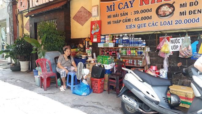 Người phụ nữ chở con dàn cảnh trộm tiền của bà bán nước ở Sài Gòn khai gì với công an? - Ảnh 3.