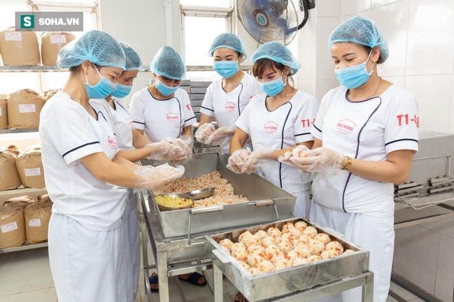 Khách Hà Nội xếp hàng tới tiệm bánh Trung Thu của ông chủ 91 tuổi để lấy không khí - Ảnh 5.