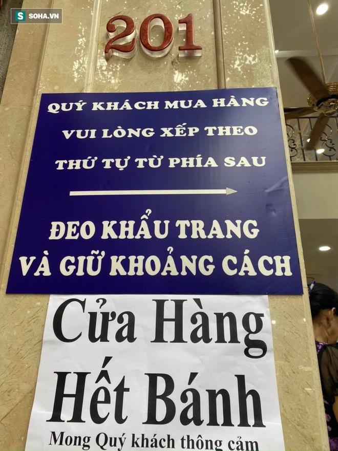 Khách Hà Nội xếp hàng tới tiệm bánh Trung Thu của ông chủ 91 tuổi để lấy không khí - Ảnh 4.