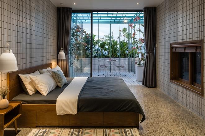 Lạ mắt với căn nhà có cầu thang xanh ngắt, bao phủ bởi khu vườn nhiệt đới - Ảnh 16.