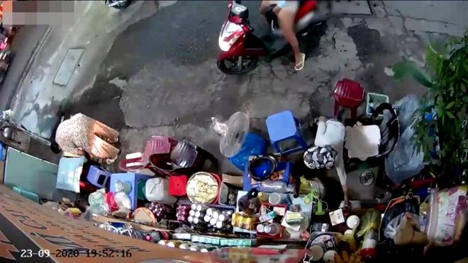 Truy xét hai mẹ con trộm tiền của người phụ nữ bán tạp hoá ở Sài Gòn - Ảnh 2.